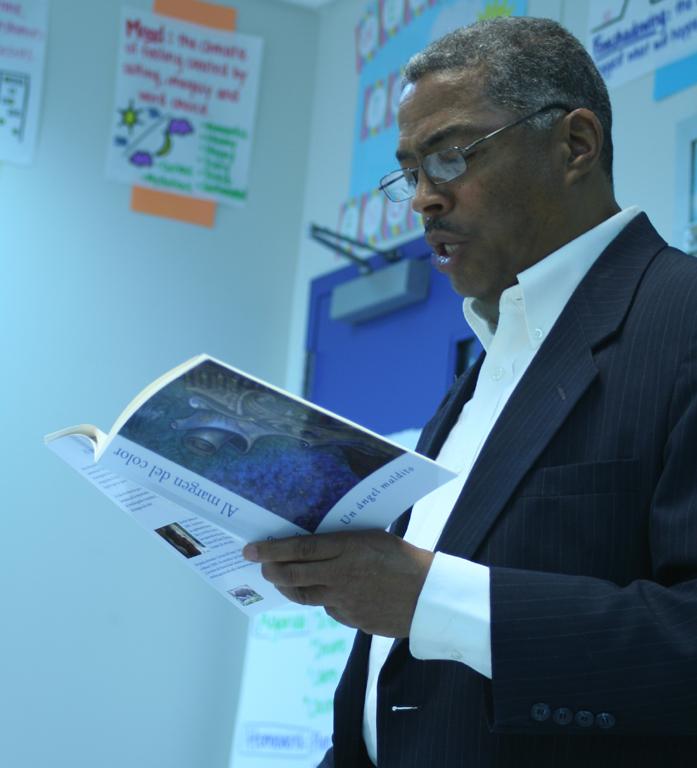 Tomás Modesto Galán, presentando su novela Al margen del color en la VIII Feria del Libro Dominicana de Nueva York en 2014